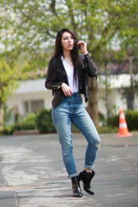 черная-косуха-белая-майка-синие-джинсы-скинни-черные-ботильоны-large-10797