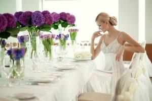 svadebniy-banket-nevesta-za-stolom