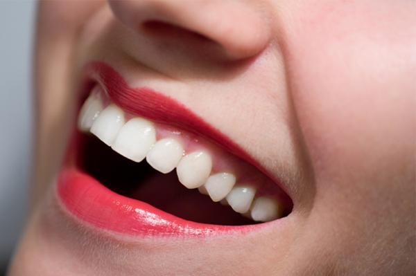 Почему-одни-люди-имеют-красивые-белые-зубы-а-другие-нет