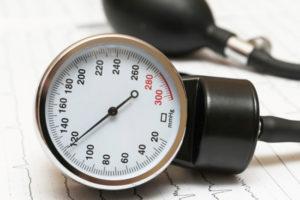 Sphygmomanometer on the cardiogram