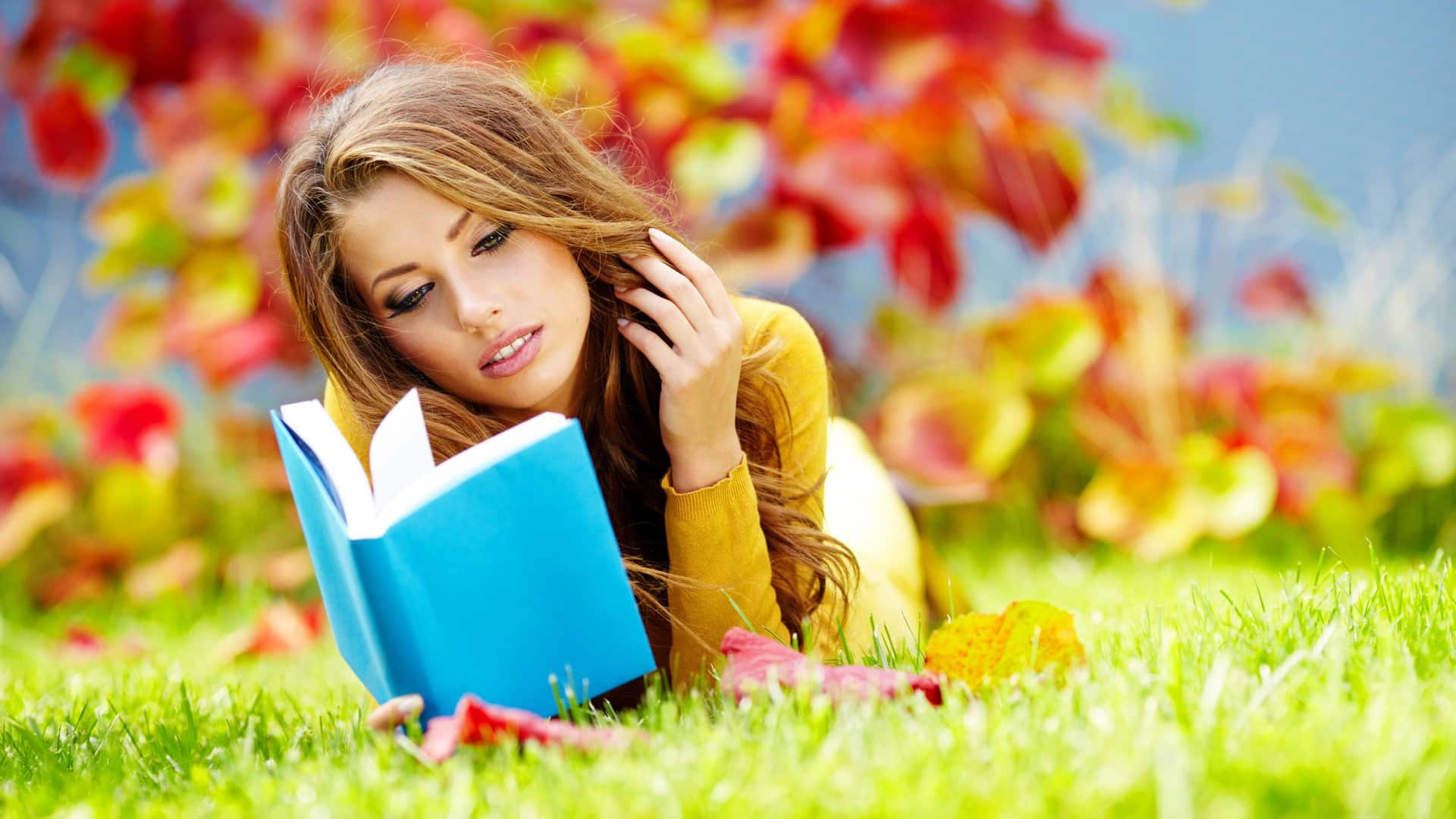 www.GetBg.net_Girls___Beautyful_Girls_The_girl_on_the_grass_reading_a_book_077450_ (1)